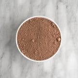 Devil& x27 ; préparation pour gâteau de nourriture de s dans une cuvette blanche images libres de droits