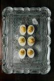 Deviled ägg med paprika på silvermagasinet Royaltyfri Bild