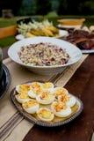 Deviled ägg på ett utomhus- matställeparti för nedgång royaltyfri bild
