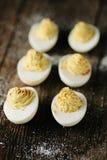 Deviled ägg som garneras med paprika Arkivfoton