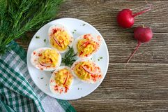 deviled jaj pyszna zak?ska Gotowani jajka faszerowali z yolk, musztarda, majonez, papryka Klasyczny przepis zdjęcia royalty free