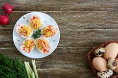 deviled jaj pyszna zak?ska Gotowani jajka faszerowali z yolk, musztarda, majonez, papryka Klasyczny przepis obrazy royalty free