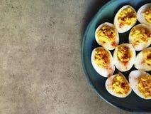 Devilled eggs du plat bleu et du fond gris Photo stock