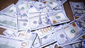 Devise américaine billets d'un dollar un par une loupe banque de vidéos