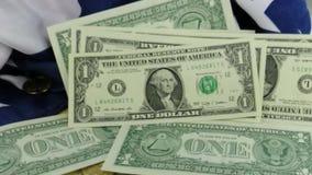 Devise américaine tombant sur le drapeau banque de vidéos