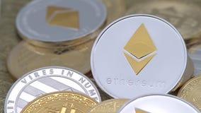 devise argentée d'Ethereum en métal 4K physique au-dessus d'autres pièces de monnaie Cryptocurrency-Dan banque de vidéos