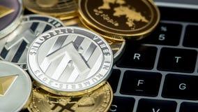 Devise argentée de Litecoin en métal physique sur le clavier d'ordinateur portable LTC photographie stock libre de droits