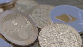 devise d'or de Ripplecoin en métal 4K physique tournant au-dessus d'autres des pièces de monnaie XRP-Dan clips vidéos