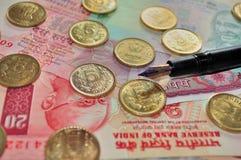 Devise indienne et pièce de monnaie avec un stylo-plume Image stock