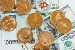 devise Pièces de monnaie d'argent de Digital sur l'argent liquide Bitcoin et ethereum photographie stock