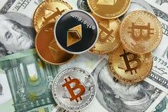 devise Pièces de monnaie d'argent de Digital sur l'argent liquide Bitcoin et ethereum photos stock