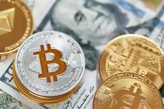 devise Pièces de monnaie d'argent de Digital sur l'argent liquide Bitcoin et ethereum photo libre de droits
