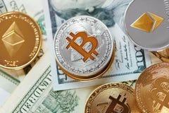 devise Pièces de monnaie d'argent de Digital sur l'argent liquide Bitcoin et ethereum photo stock