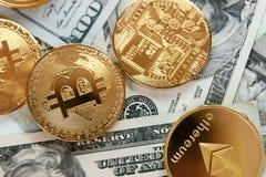 devise Pièces de monnaie d'argent de Digital sur l'argent liquide Bitcoin et ethereum images stock