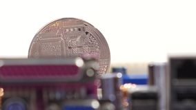 Devise virtuelle argentée de Bitcoin sur de carte mère une unité centrale de traitement à la place nouveau bitcoin de cryptocurre banque de vidéos