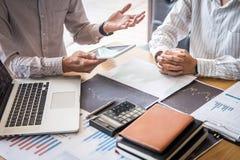 Devisenmarktkonzept auf Lager, Team des Investitionshandels oder B?rsenmakler, die eine Beratung haben und mit Bildschirm analysi lizenzfreie stockfotografie