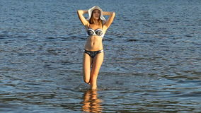 Devk eine Aufstellung in einem Badeanzug auf dem Strand stock footage