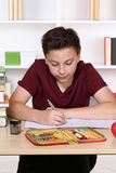 Devoirs d'écriture d'enfant à l'école Photo stock