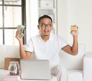 Devolución de efectivo de goce masculina asiática Fotos de archivo