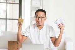 Devolución de efectivo de goce masculina asiática Fotografía de archivo libre de regalías