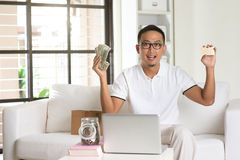 Devolución de efectivo de goce masculina asiática Fotos de archivo libres de regalías