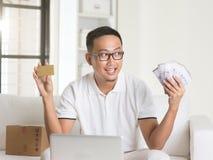 Devolución de efectivo de goce masculina asiática Imagenes de archivo