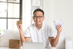 Devolución de efectivo de goce masculina asiática Fotografía de archivo