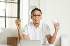 Devolución de efectivo de goce masculina asiática Imagen de archivo
