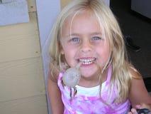 Devoluciones lindas de la muchacha de la playa con alga marina Foto de archivo
