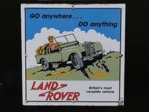 Devon Anglia, Sierpień, - 17 2018 Stary metalu Land Rover ogłoszenie znajdujący przy starą parową koleją, retro, zdjęcia stock