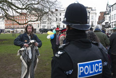 A Devon & Corwall policeman has a discussion Royalty Free Stock Photos