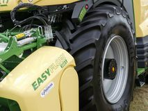 Devon, Großbritannien - 30. Juli 2018: Landwirtschaftliches Fahrzeug Krone EasyFlow 300s auf Anzeige lizenzfreie stockfotografie