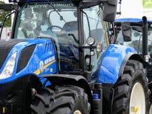 Devon, Großbritannien - 30. Juli 2018: Von neuem landwirtschaftliches Fahrzeug Hollands auf Anzeige stockbilder