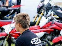 Devon, het UK - 30 Juli 2018: Een jonger lid van het IMP-team van de motorfietsvertoning let op gebeurtenissen elders gaand op stock foto's