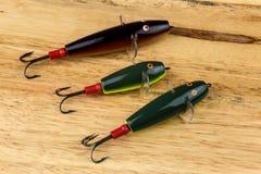 Devon Minnow Fishing Lures tradicional no fundo de madeira fotos de stock