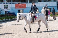 DEVON, PA - MAJ 25: Jeźdzowie wykonuje z ich koniami przy Devon Końskim przedstawieniem na Maju 25, 2014 Zdjęcie Stock