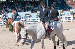 DEVON, PA - MAJ 25: Jeźdzowie wykonuje z ich koniami przy Devon Końskim przedstawieniem na Maju 25, 2014 Obraz Stock