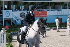 DEVON, PA - 25 MEI: Ruiters die met hun paarden in Devon Horse Show op 25 Mei, 2014 presteren Royalty-vrije Stock Foto