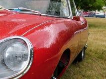 Devon, Reino Unido - 28 de julho de 2018: Um tipo de Jaguar E, ideia do lado do carro com chuva deixa cair foto de stock royalty free