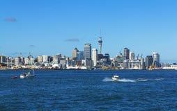 从Devonport码头奥克兰新西兰的奥克兰市视图 库存图片