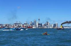 从Devonport码头奥克兰新西兰的奥克兰市视图 免版税库存图片