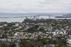 Devonport鸟瞰图与奥克兰港口桥梁的在背景中 库存照片