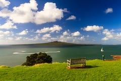 从Devonport,奥克兰,新西兰的朗伊托托岛和Hauraki海湾 库存图片
