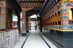 Devoto no templo budista foto de stock royalty free
