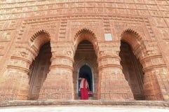 Devoto no templo de Madanmohan, Bishnupur, Índia imagem de stock royalty free