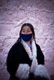 Devoto tibetano en una capa, Lasa, Tíbet del palacio Potala Imagen de archivo