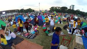 Devotos católicos puestos encima de las tiendas, vigilia del control en parque para observar banquete del Nazarene negro metrajes