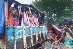 Devotos da criança em torno de Rath em Kolkata sob a chuva Fotografia de Stock
