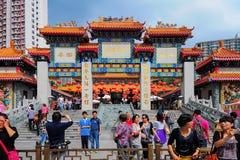Devotos e visitantes em Wong Tai Sin Temple em Hong Kong imagens de stock