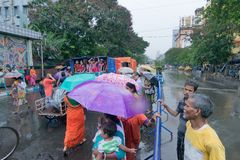 Devotos em torno de Rath em Kolkata sob a chuva Fotos de Stock Royalty Free